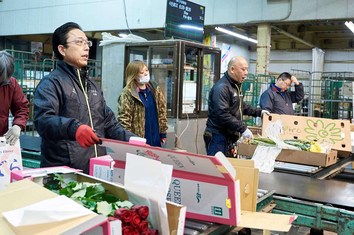 セリは同時に行われる。セリ人が花を手に取り声をあげると、買参人は目を光らせはじめる。